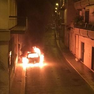 Automobile prende fuoco  Notte di paura nel centro storico